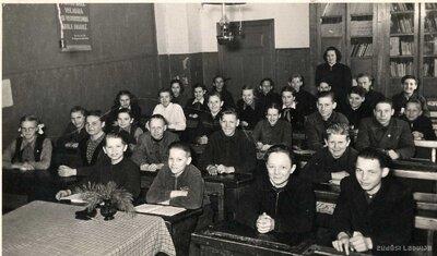 Duntes astoņgadīgās skolas skolēni klasē