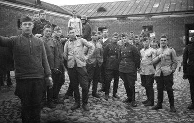 Latvijas armijas kareivji kazarmju pagalmā