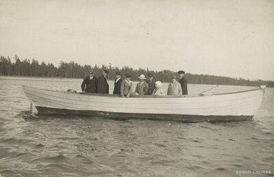 Cilvēku grupa laivā jūrā pie Salacgrīvas