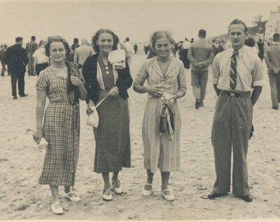 Jūrmala. Cilvēku grupa pludmalē