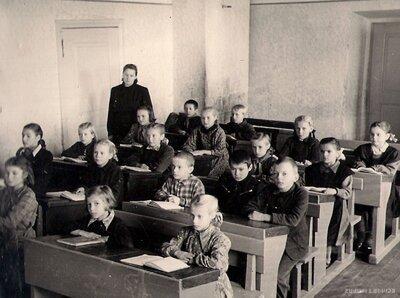 Skolotāja Hilda Kiviraruija kopā ar skolēniem