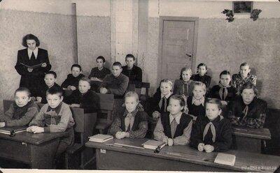 Skolotāja B. Paleja ar skolēniem