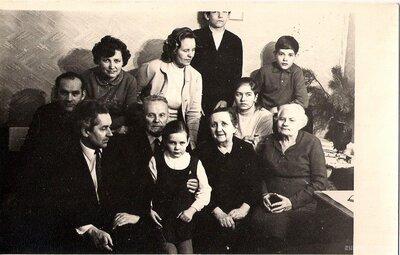Skolotāji Alma un Antons Martinsoni ar bērniem
