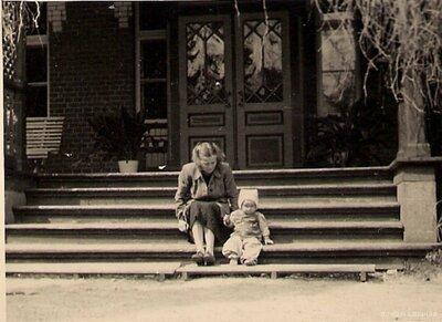 Staiceles pagasts. Skolotāja R. Apsīte ar dēlu uz skolas kāpnēm