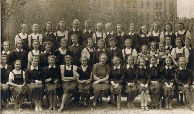 Rīgas 3. ģimnāzijas skolnieces pie Rīgas kanāla