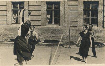 Jaunieši spēlē volejbolu