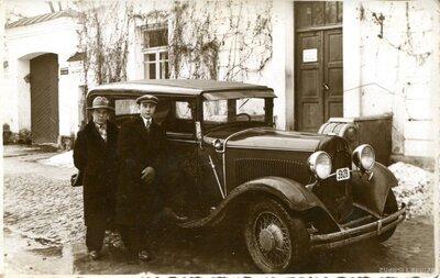 Jelgava. Jaunieši pie mašīnas