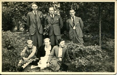 Jelgava. Grupas portrets kapu svētkos