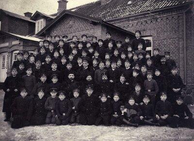 Limbažu pilsētas skolas audzēkņi pie skolas ēkas