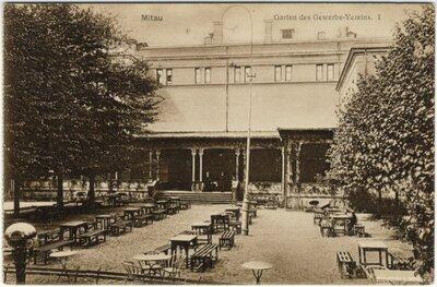 Jelgavas Amatnieku biedrības ēka ar restorānu verandā un dārzā
