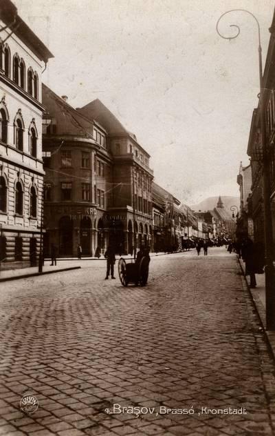 Braşov : str. Porţii cu hotelul Coroana [material iconografic] = Kronestadt : Purzengasse mit dem Hotel Krona = Brasso : Kapu-ucca a Korona-srállóval