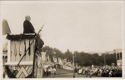 7. Vispārējie Dziesmu svētki Rīgā / Dziesmu svētku klausītājus uzrunā Latviešu dziesmu svētku biedrības priekšsēdētājs Jāzeps Vītols