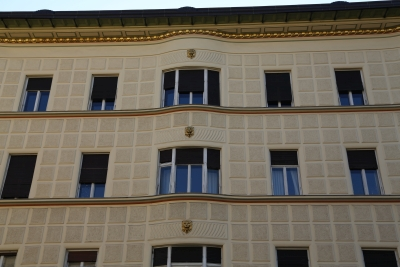 Hribar House, Ljubljana, Bow windows and lion heads on exterior