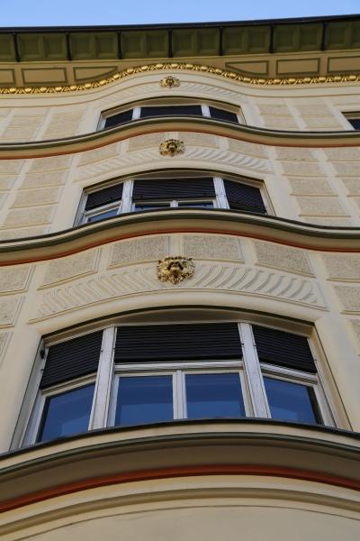 Hribar House, Ljubljana, Bow windows and lion heads on exterior