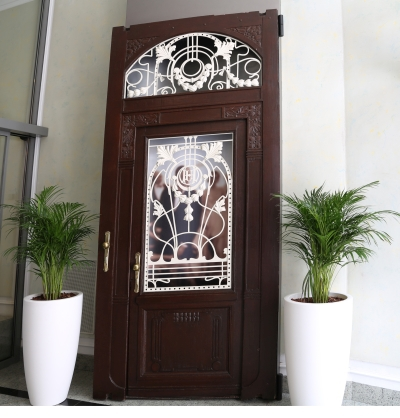 Hotel Union, Ljubljana, Doors with metalwork