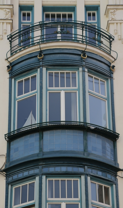 People's Loan Bank, Ljubljana, Bow windows with balcony and decorations