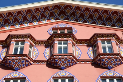 Cooperative Bank, Ljubljana, Bow windows with decorations
