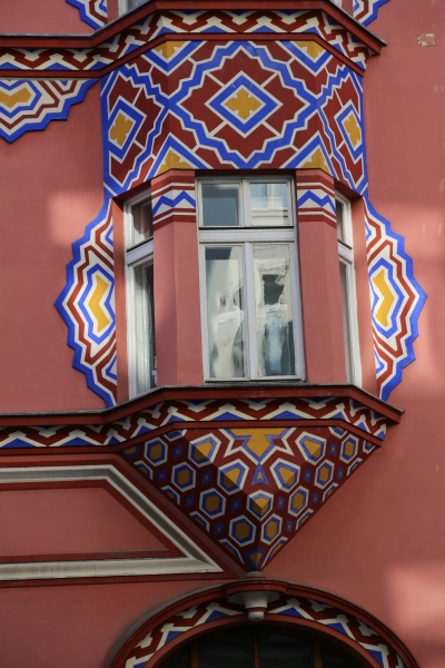 Cooperative Bank, Ljubljana, Bow window with decoration