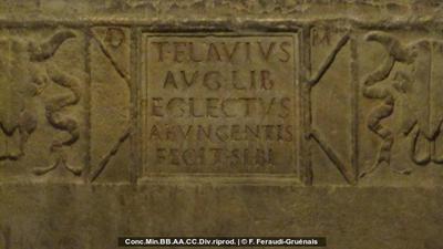 Grabinschrift auf Sarkophag