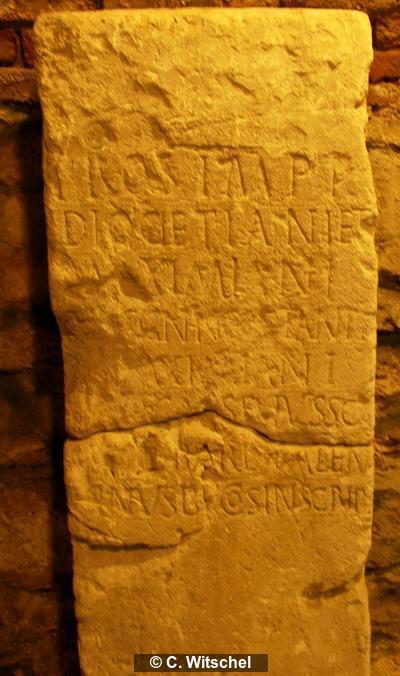 Ehreninschrift auf Tafel