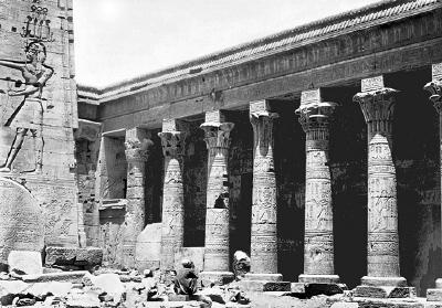Fotografi. Förgården med andra pylonen och kolonnrad i templet på ön File (Philae) utanför Assuan, Egypten.
