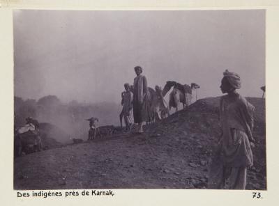 Fotografi. Människor på en kulle utanför Karnak. Egypten.