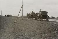 De landauers met enkele schouwers bij het motorgemaal van de polder Esse, Gans- en Blaardorp, 29 april 1938