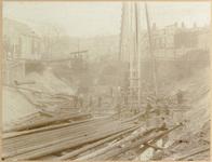 Bouwput voor het stoomgemaal aan de Admiraliteitskade gezien vanaf de Goudse Rijweg hoek Vlietlaan, 1898-1899