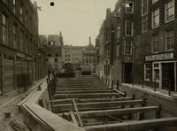 De stempeling van de schutkolkmuren van het Boerenverlaat tijdens de herstelwerkzaamheden gezien ..., 6 juni 1924