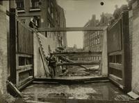 Het westelijke sluishoofd van het Boerenverlaat met geheel vernieuwd puntstuk en deuren een dag v..., 6 juni 1924