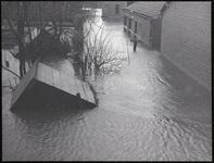 Het water stroomt de Dorpsstraat in Moordrecht in, 1 februari 1953
