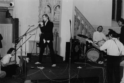 Der Schriftsteller Sascha Anderson (?) als Sänger bei einem Konzert in einer Kirche