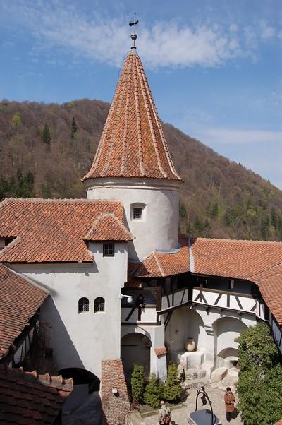 Innenhof und Bergfried des Schlosses Bran (oder Törzburg), 1377 auf einem Felsen bei Brasov in Siebenbürgen erbaut. Fürst Vlad Tepes (Dracula) residierte dort