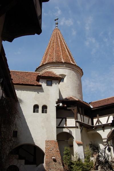 Innenhof mit Bergfried, Schloss Bran oder die Törzburg, bei Brasov in Siebenbürgen, Rumänien. Erstmals 1377 urkundlich erwaähnt. Der walachische Fürst Vlad Tepes residierte dort. Er wurde bekannt als Fürst Dracula durch den Roman des englischen Schriftstellers Bram Stocker
