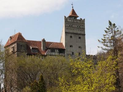 Totalansicht der mittelalterlichen Törzburg (oder Schloss Bran), bekannt durch den Fürsten Dracula, eine Romanfigur, die dem einstigen Burgherren Vlad Tepes nachempfunden wurde
