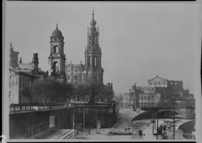 Dresden, Blick von der Brühlschen Terrasse auf Terrassenufer und Altstadt