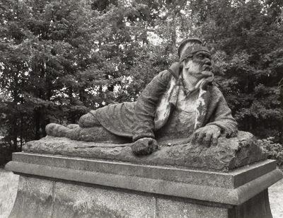 Denkmal für serbische Gefangene im 1. Weltkrieg mit Darstellung eines liegenden Soldaten
