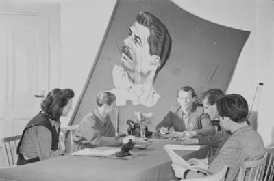 Sitzung mit Manfred Scheler, 1. Sekretär der Kreisleitung Dresden der FDJ (wohl anläßlich des IV. Parlaments; u. a. mit der Losung Mit dem Stalinbanner vorwärts zum IV. Parlament)