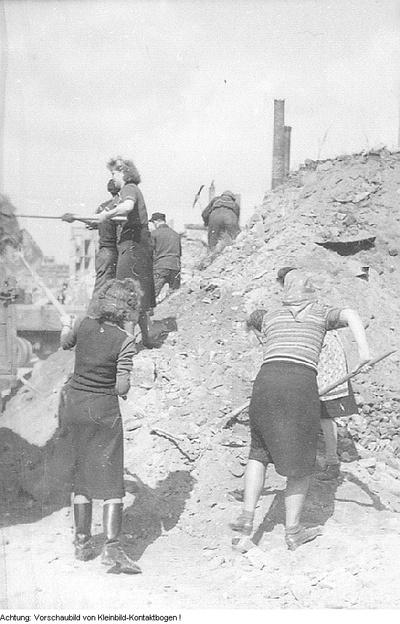 Dresden. 2000 Gröditzer helfen beim Wiederaufbau Dresdens, 15. April 1951
