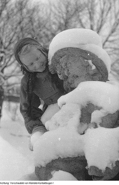 Winter, Kinder beim Eislaufen, Jugendliche trainieren auf der Sprungschanze, u.a., 1955/1956