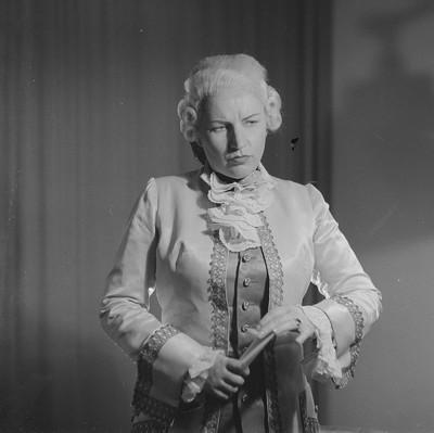 Porträt der Kammersängerin Ruth Lange als Chernbino in Figaro