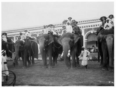 Kalkutta, Indien. Touristen mit einheimischen Führern auf Reitelefanten vor einem Ausflug