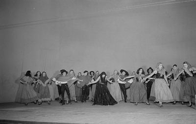 Szenenbilder eines Ballettabends mit den Ballettstücken Goya-Suite, Der Dreispitz von Manuel de Falla und Spanische Tänze an der Komischen Oper Berlin