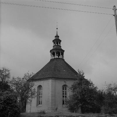 Weisdin. Achteck-Kirche (Oktogon) mit einem doppelten Laternenturm und Zeltdach