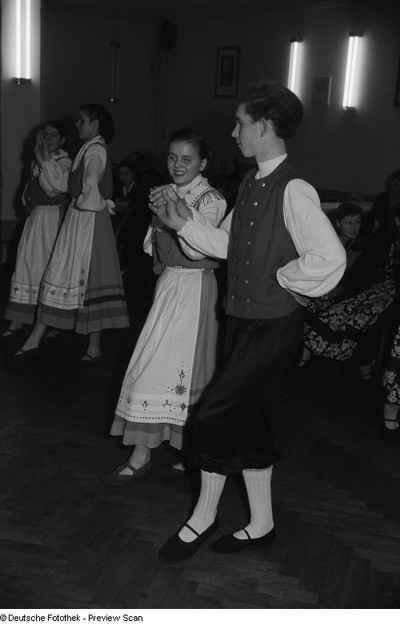 Tanzende Paare beim Kreisausscheid der Volkskunst