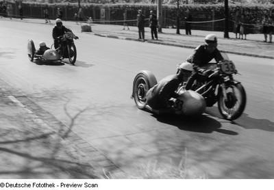 Beiwagengespann mit den Nummern 33 und 30 beim 6. Leipziger Stadtparkrennen