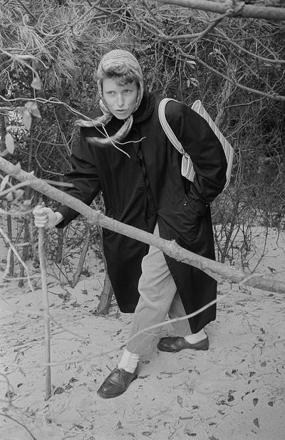 Renate Rössing mit Kopftuch und Wanderstock