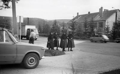 Viseletbe öltözött német asszonyok
