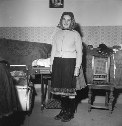 Fiatal asszony köznapi viseletben