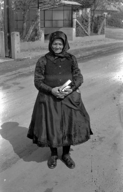 Idős asszony ünnepi öltözetben
